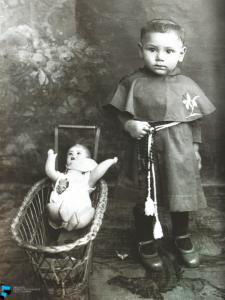 Bambino con abito clericale